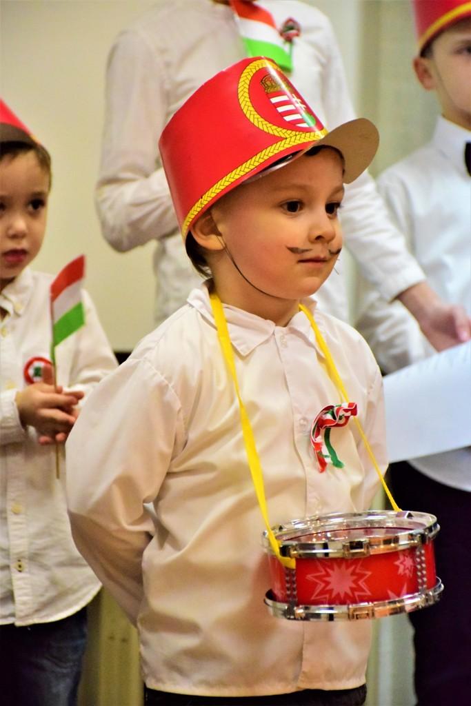 9628445f5c Az elmúlt hetekben nem csak Szarajevóban élő magyar gyermekeink, hanem  szüleik is lázasan készülődtek az ünnepi műsorra. Akár az otthoni  verstanulásokat, ...