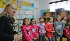 A máriafalvi gyerekek tele torokból énekelnek
