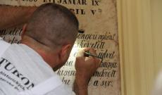 Olvashatóvá válnak a sírbolt feliratkövei