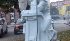 Szenczi Molnár Albert szobor újra kifehéredik