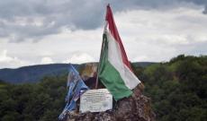 A székely és a magyar zászló Rapsonné várromjának szirtfokán