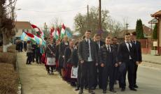 Gimnazisták indulnak március 15-i felvonulásra a székelykeresztúri unitárius gimnázium elől