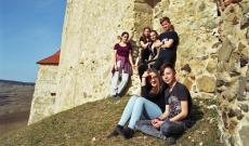 Magyar anyanyelvű, helyi kiskamaszok Kőhalom váránál - az ő anyanyelvi nevelésük óvodáskortól nemzetpolitikai szempontból is meghatározó