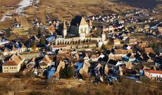 Berethalom látképe a település főlé nyugati irányba magasodó, meredek domb tetejéről fényképezve