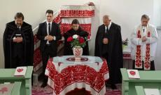 A református esperes, a református lelkész és a segédlelkész, az unitárius lelkész, és a római katolikus káplán együtt imádkoznak a közösségért és a gyülekezetért