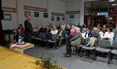 Az előadó a Duna-deltai kényszermunkatáborról beszél a segesvári közönségnek