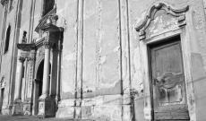 Az erzsébetvárosi (Erdély) örmény katolikus templom homlokzati bejárata - Agfa APX 100