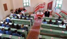 Tóth Tivadar, tanár, a város alpolgármestere szól az egybegyűltekhez