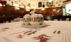 A fűszertartók és a tányérok kézzel festettek, kalocsai motívumosak