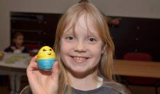 Egy cérnával díszített tojás, és boldog tulajdonosa