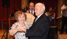 A legidősebb bálozó párok egyike