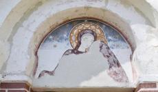 Freskó a bejárat felett