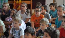 Bibliai történetet hallgatnak a gyerekek