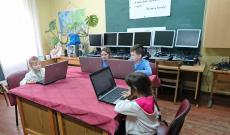 Az ajándék számítógépek a rahói magyar iskolában