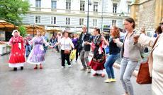 Magyar táncosok és tursiták Szarajevó központjában