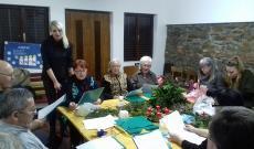 Az asszonyok karácsonyi dalokat énekelnek