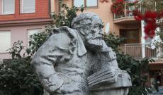 Szenci Molnár Albert szobra Szencen