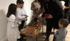 A karácsonyi vásárra saját készítésű portékáikkal készültek a kisdiákok, a befolyó összeget tanintézmenyüknek adományozták.