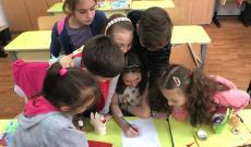 A közös alkotás öröme... a kisdiákok Húsvétra locsolóverset írtak közösen