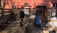 A férfiak előkészítik a bútor dánokat a festéshez
