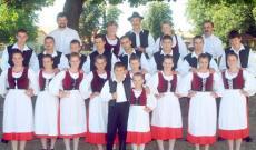 A Csernakeresztúri Hagyományőrző Egyesület tánccsoportja néhány évvel ezelőtt