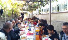 Ebéd az egyházközség udvarán