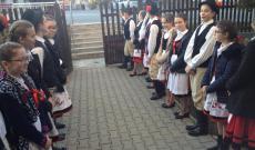 A kis Kikerics Néptáncegyüttes a segesvári református templom előtt