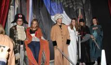 Francia forradalmároknak beöltözött diákok a csesztvei Madách-kúriában