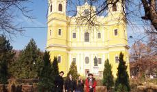 Terebes a nagyváradi Bazilika előtt