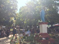 Szűz Mária szobra a Szentkút előtt