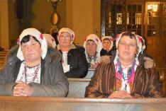 Meghatódva a magyar katolikus templomban