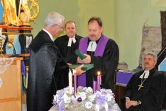 Ft. Adorjáni Dezső Zoltán püspök kitünteti Balog Zoltán miniszteri biztost