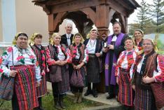 Miniszteri biztosi és püspöki társaságban a moldvai csángómagyar asszonyok