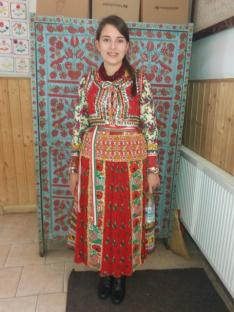 Egy Székelykocsárdról érkezett, első díjat nyert versenyző Mérai viseletben