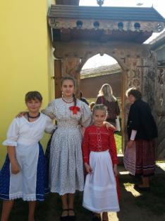 Tanítványaim a Bivalymúzeum meseszép kapuja előtt