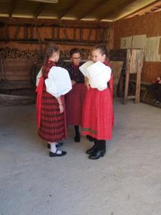 Versenyző kislányok széki (Mezőség) viseletben