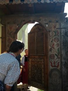 """""""Nyitva látám mennyeknek kapuját..."""" (A Bivalymúúzeum faragott, festett kapuja)"""