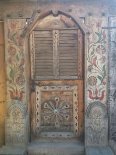 A Bivalymúzeum csodálatos faragott, festett kapuja