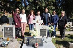 Tanárok Zsélyi Nagy Lajos, 20. századi szlovákiai magyar költő sírjánál