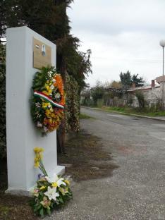 Az emléktábla és maga a Petőfi utca