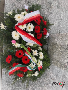 Koszorú a Petőfi szobornál Varsóban - Lengyel és magyar szalaggal a magyar hős tiszteletére