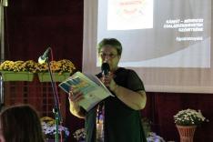 Milánovity Ottília - a Petőfi Sándor Művelődési Egyesület elnöke, főszervező,  köszönti az egybegyűlteket