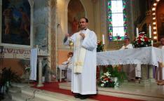 Szöllősi Tibor atya, a tiszakálmánfalvi plébánia vezetője  az ünnepi, búcsúi szentmise közben