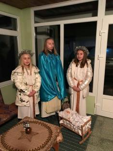 Gombos-bölcsőkéző lányok.