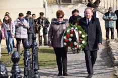 Koszorúzás a segesvári Petőfi-szobornál, a Gaudeamus Alapítvány részéről Lőrincz Éva és Veress Zsombor