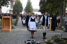 Diákok koszorúznak a fehéregyházi Petőfi Múzeum kertjében, a millenniumi Turul-emlékműnél
