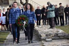 A segesvári Főgimnázium diákjai koszorúznak