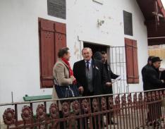 Lezsák Sándor és Dr. Kisfaludi-Bak Judit a Petőfi Múzeum előtt