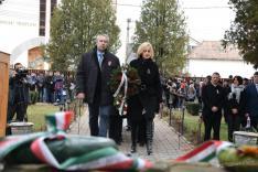 Buzogány Erzsébet és Tóth Tivadar, a segesvári RMDSZ részéről, koszorút helyeznek el a fehéregyházi millenniumi Turul-emlékmű talapzatánál