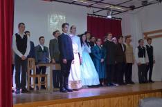 Kiskunfélegyházi diákok ünnepi előadásuk után a segesvári közönség tapsát fogadják